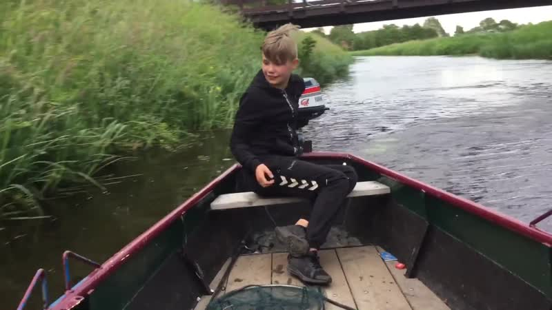 Dylan springt van de brug gaat fout hele rug rood