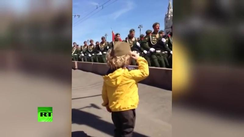 Мальчик отдает честь на репетиции парада Победы