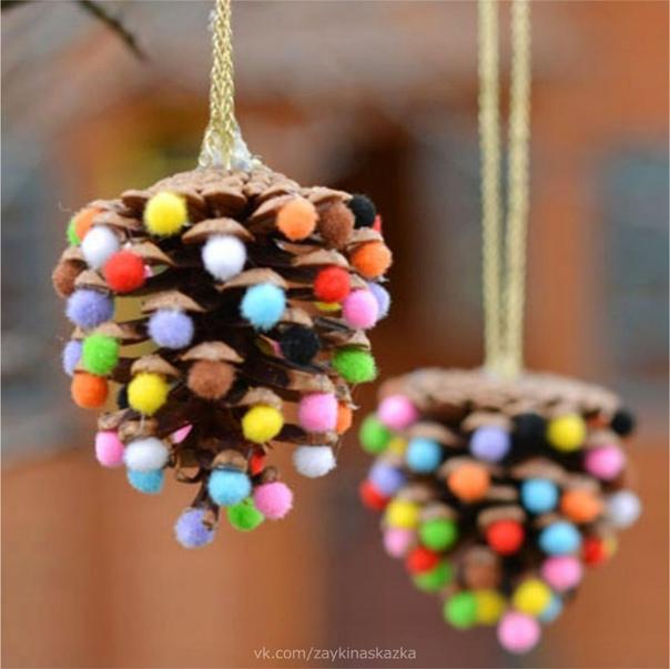 НОВОГОДНИЕ ШИШКИ Разноцветные шарики можно сделать из пластилина, скатать из салфеток или купить маленькие
